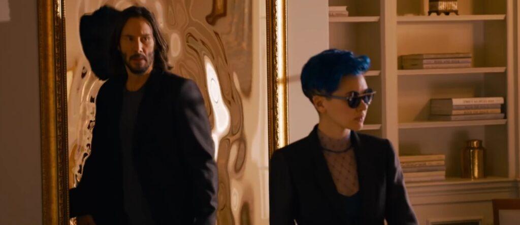The-Matrix-4-Ressurections-fotograma-Keanu-Reeves-es-Neo-saliendo-del-espejo-entando-en-Matrix